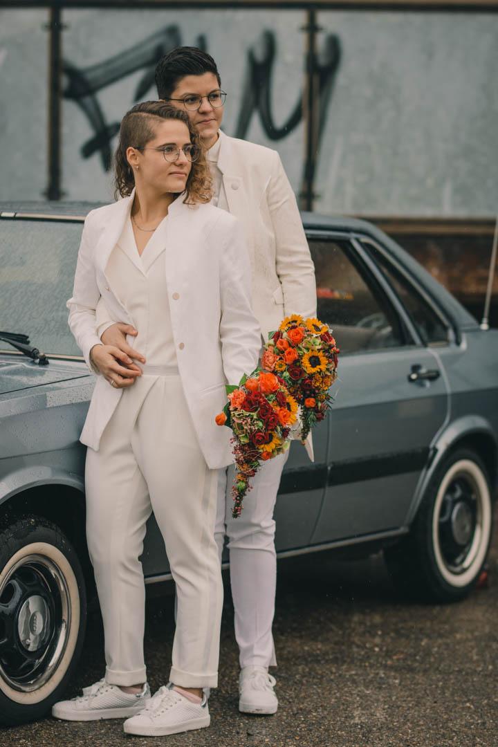 Hochzeitsfoto zwei Bräute in Sneakers