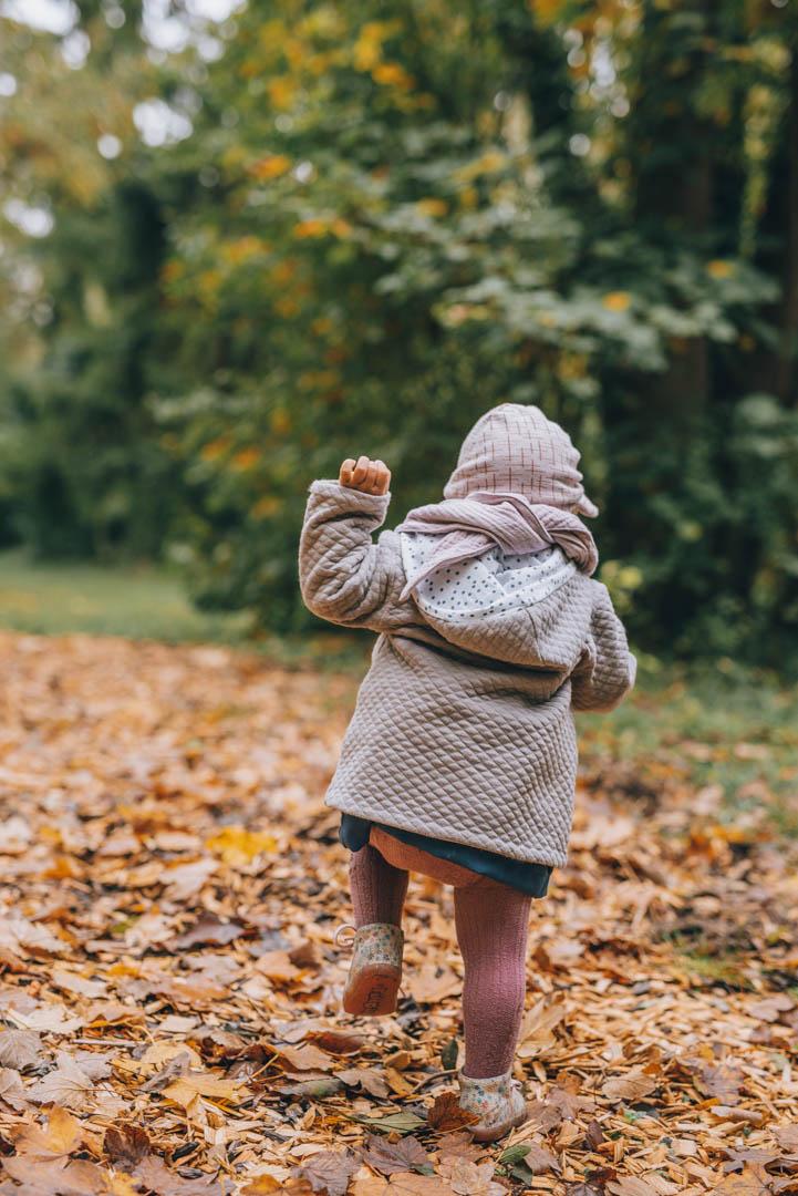 Familienfoto Baby lernt laufen