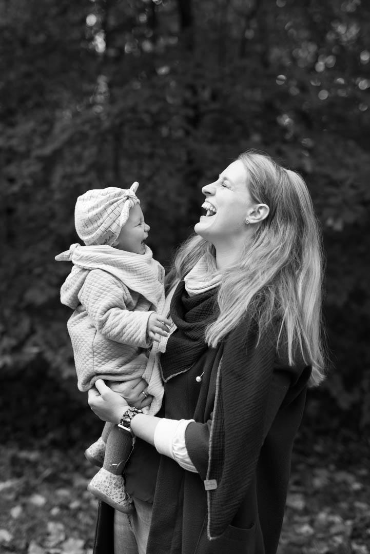 Portrait outdoor Mama und Tochter lachen