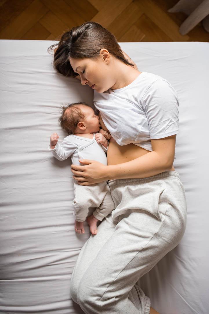 Homestory Mama mit Baby auf dem Bett in München