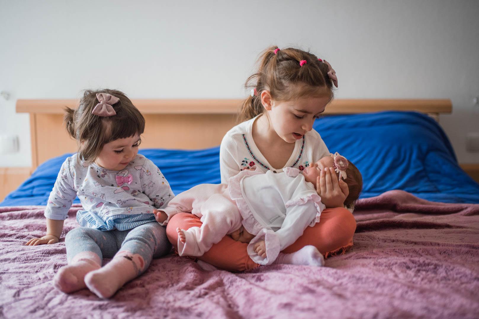 Familienfoto drei Schwestern zuhause