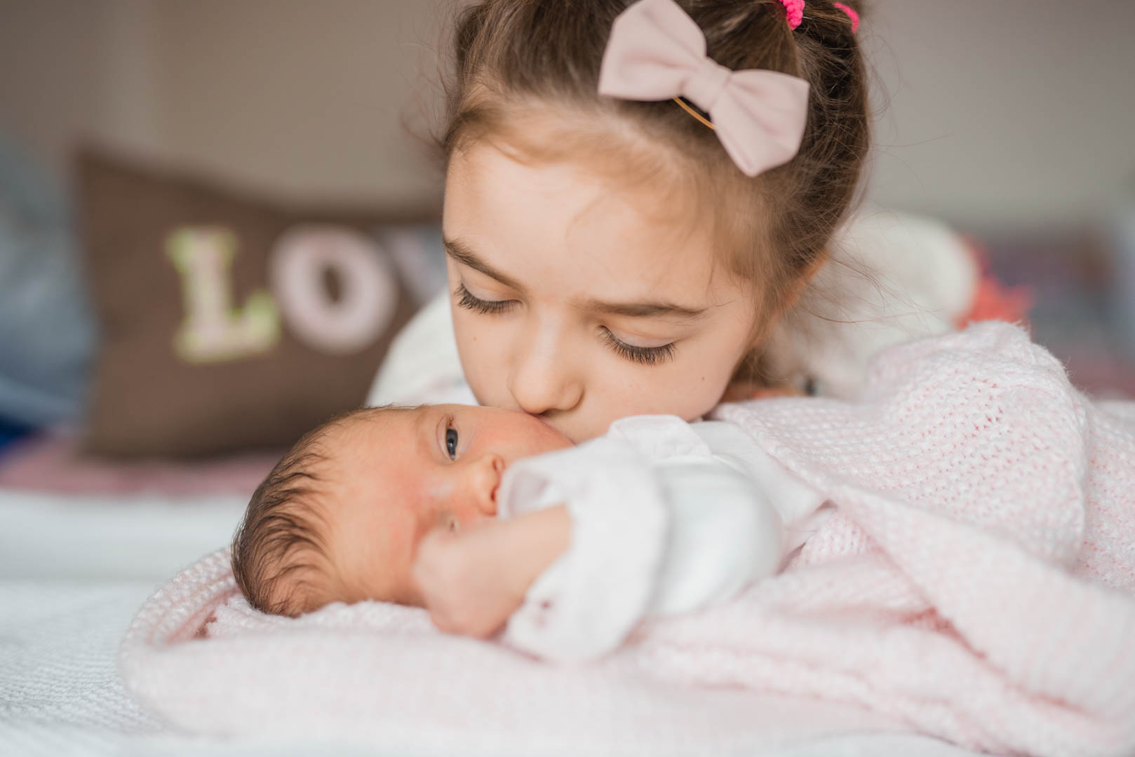 Neugeborenes mit großes Schwester