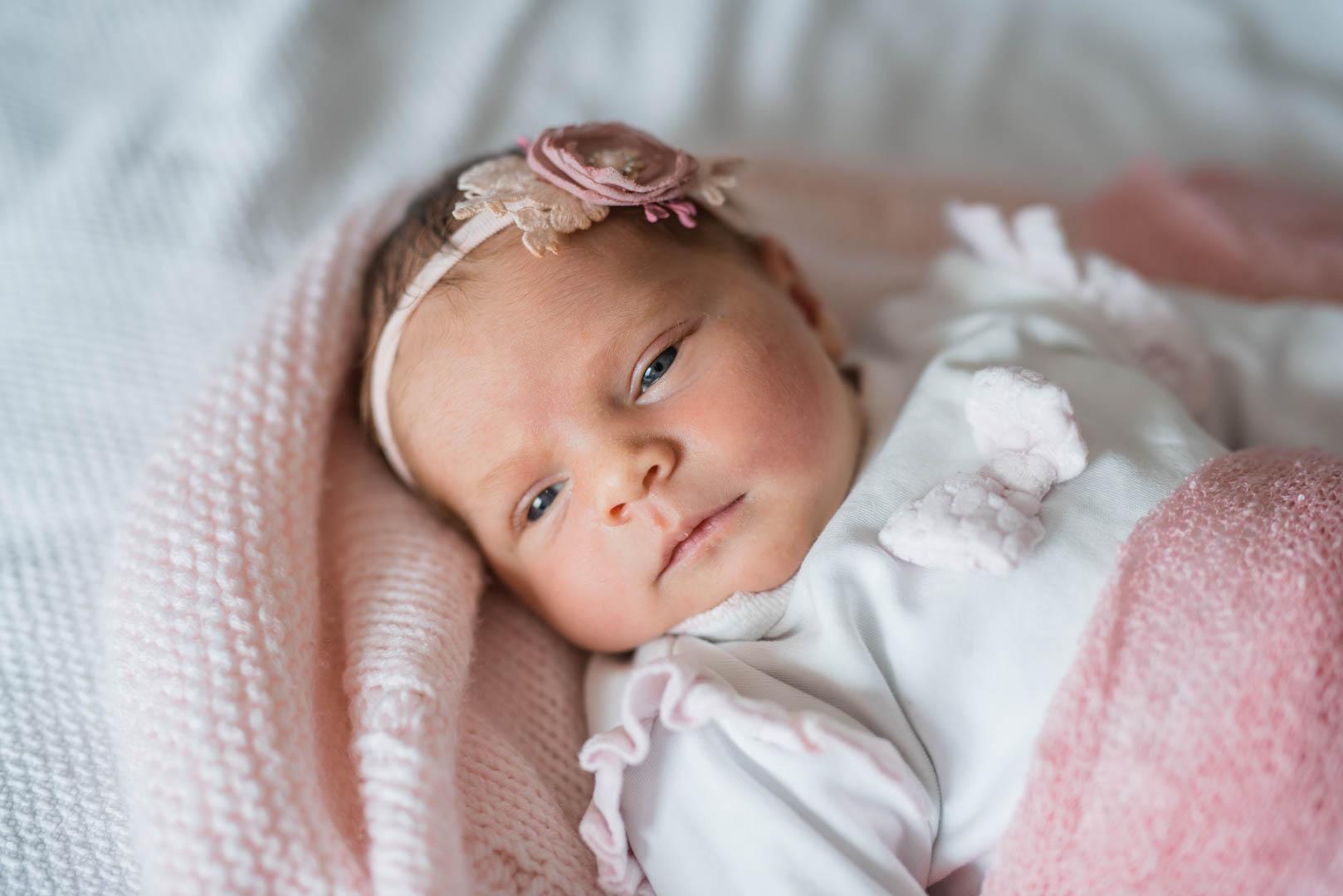 Babyfoto mit wachem Baby