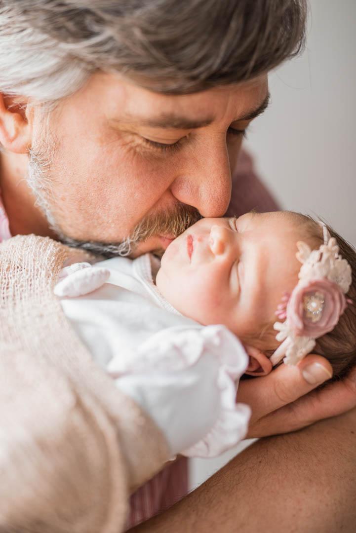Papa mit Neugeborenem