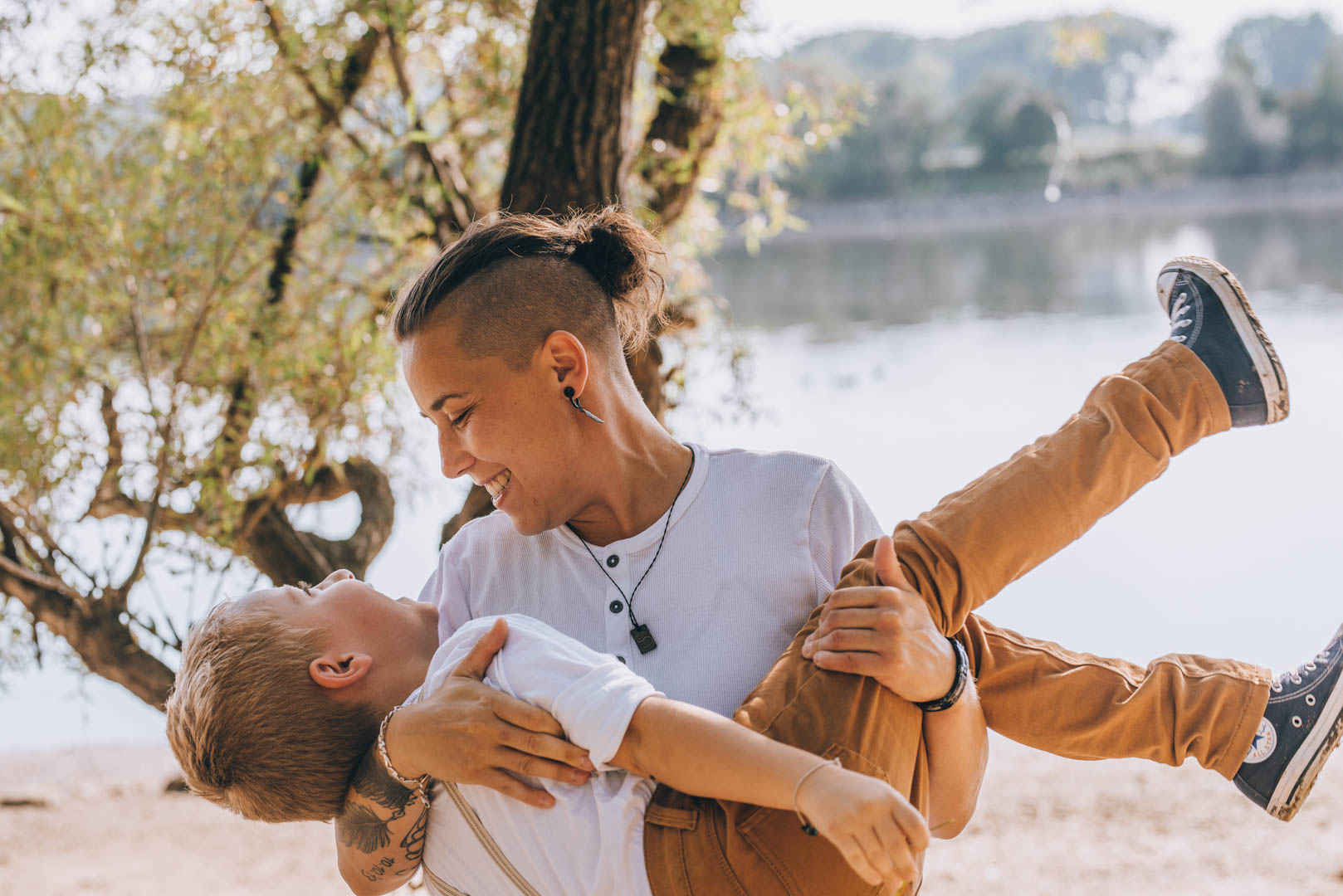 Familienportrait Mama und Sohn an der Donau