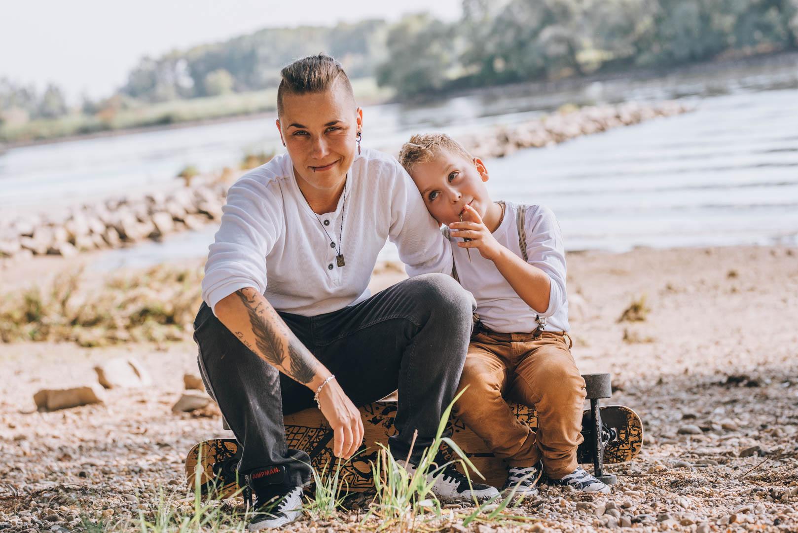 Familienfoto Mama und Sohn sitzend an der Donau an