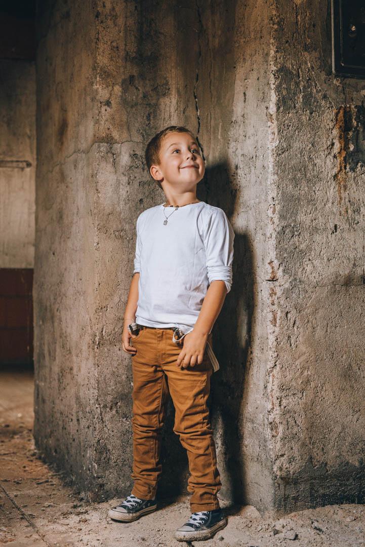 Kinderportrait Junge im Lost Place