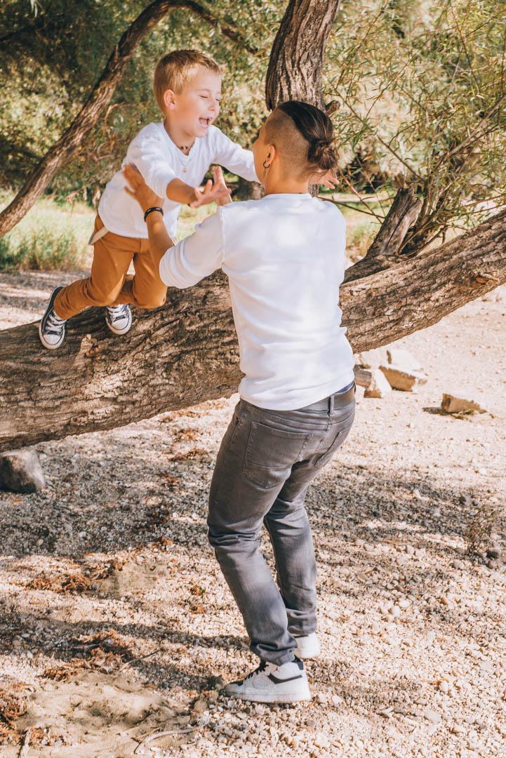 Familienfoto Sohn springt in Mamas Arm
