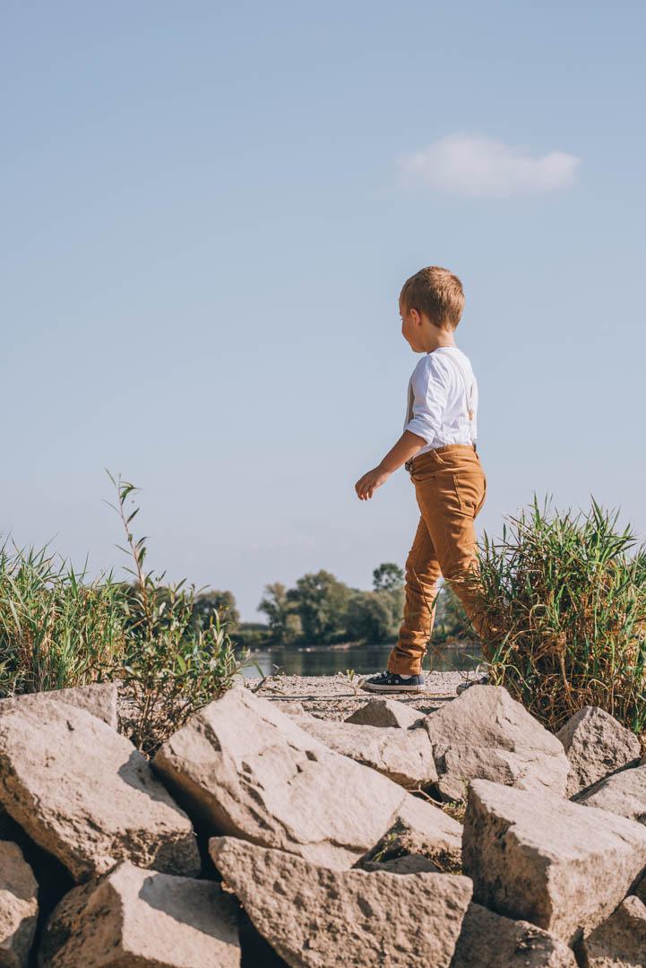 Kinderportrait Kind läuft an der Donau