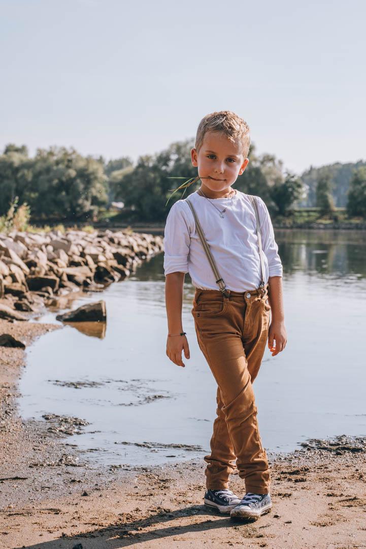 Kinderportrait Junge am Fluss