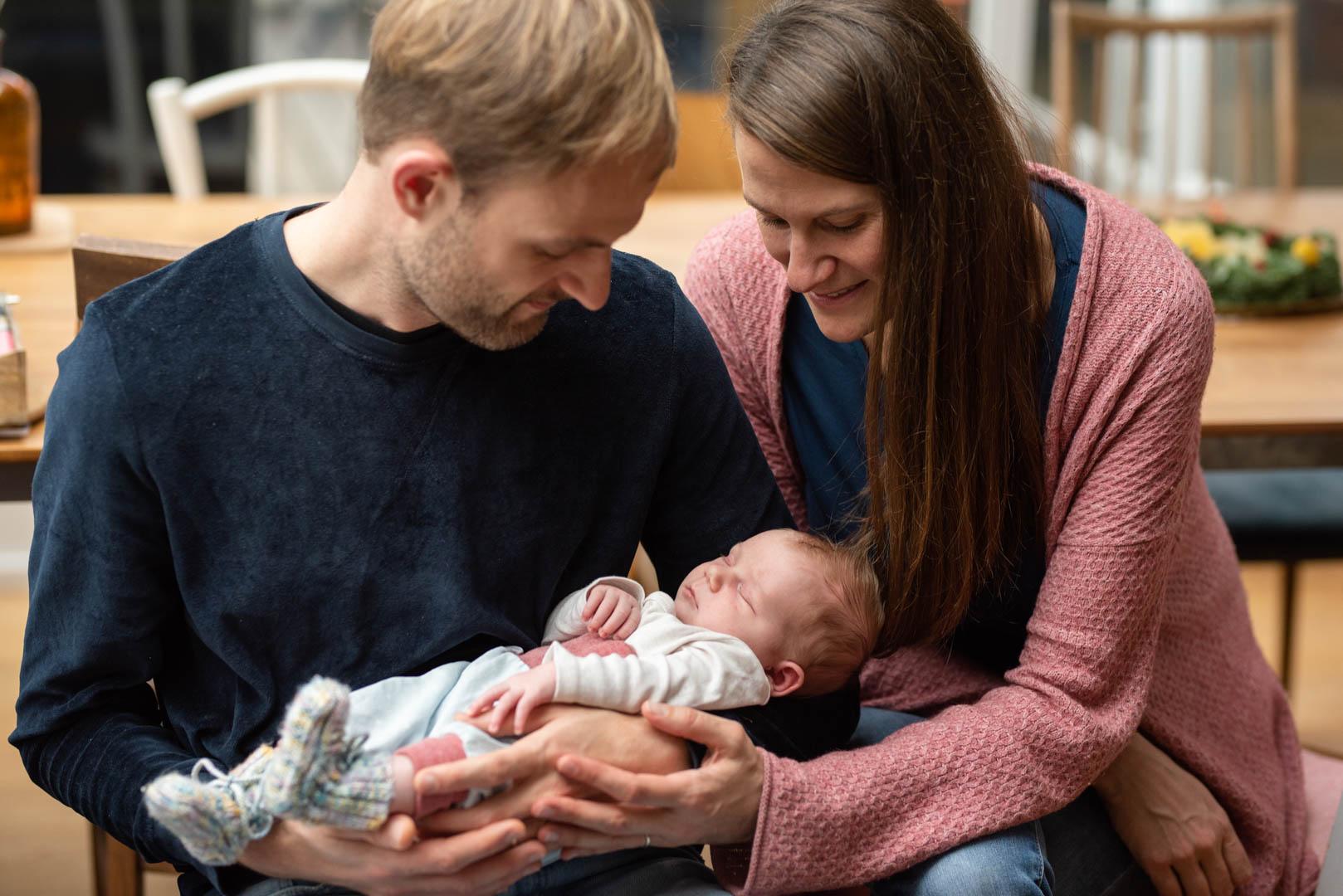 Homestory mit Baby und Eltern