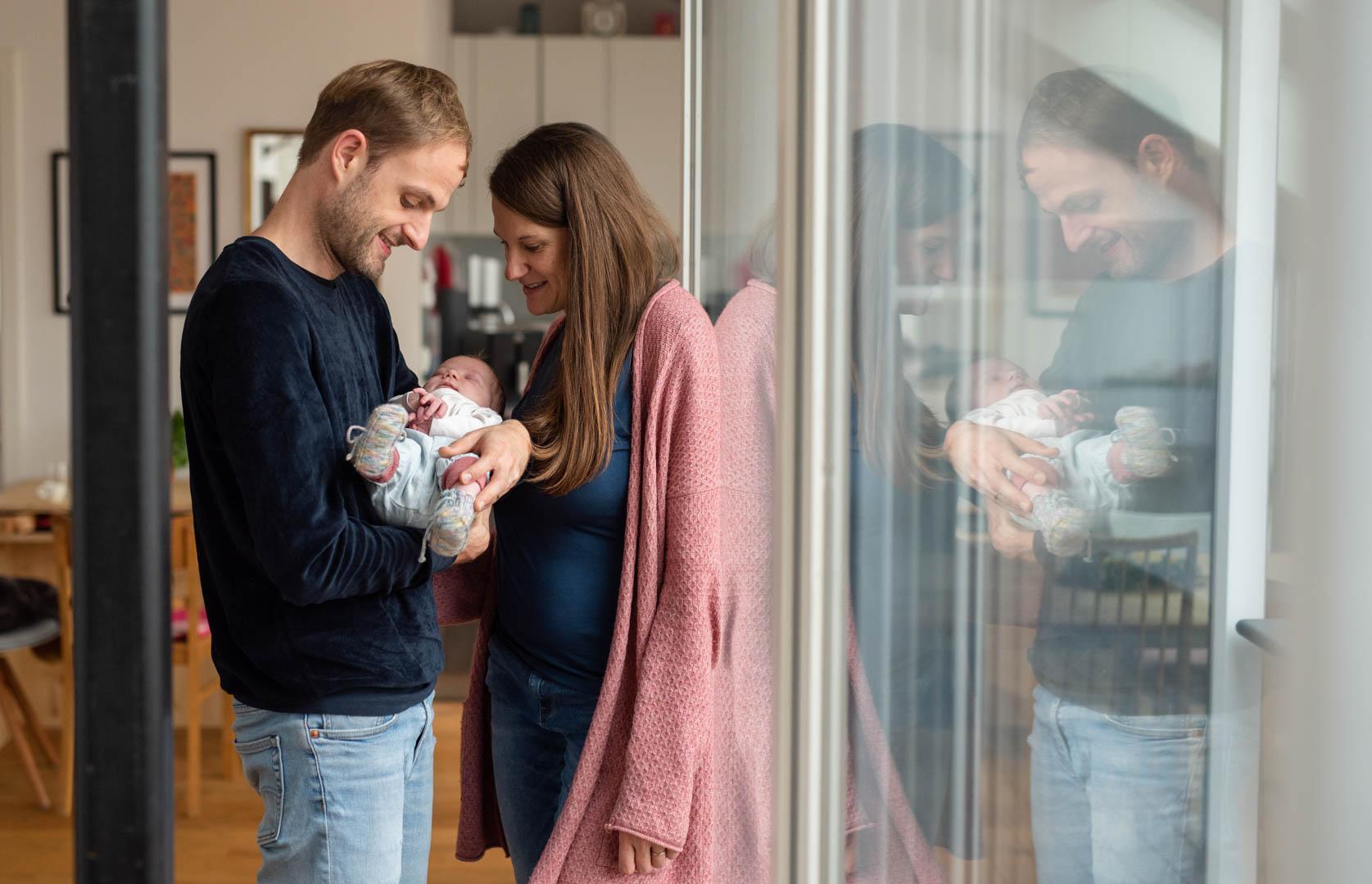 Familienfoto Homestory mit Baby und Spiegelbild