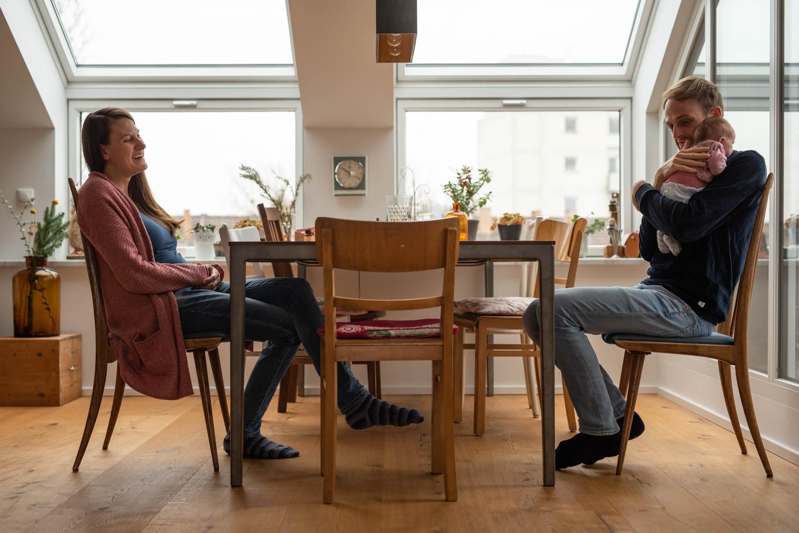 Familienfoto Familie am Tisch zuhause in München