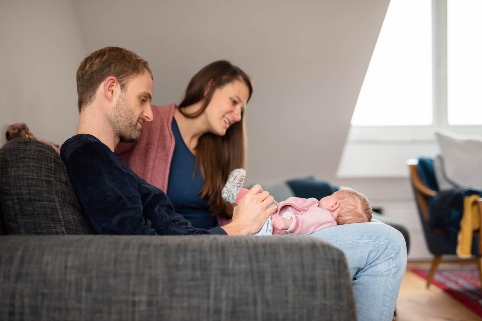 Homestory Familienfoto auf dem Sofa in München
